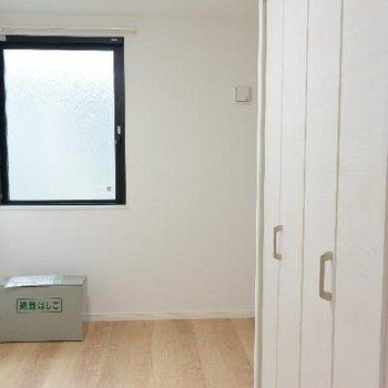 3F、洋室2、窓はちょっとしか開きません