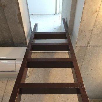 ロフトへ続く階段。転ばないように