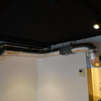 天井にはむき出しの配管が良い雰囲気!