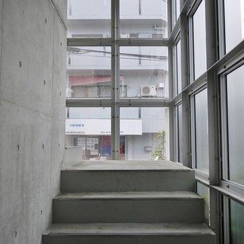 共有廊下もコンクリート。