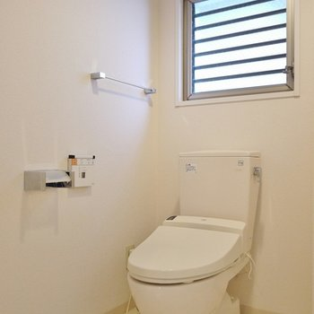 トイレの上にも窓。