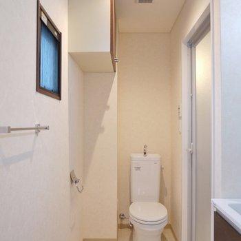 トイレの上に小物入れ。