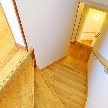 くるくると3階まで続く無垢の階段。
