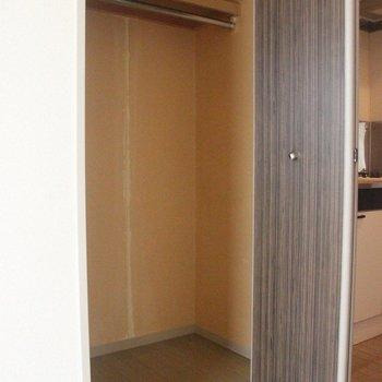 奥行きのあるクローゼットは、収納力抜群!※2階別部屋同間取りの写真です。