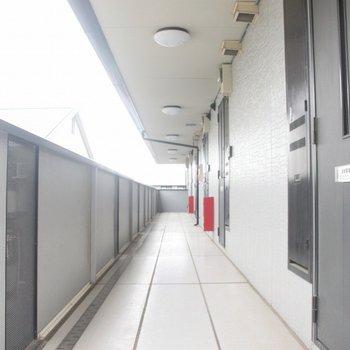 共用廊下の清掃も行き届いていますね※2階別部屋同間取りの写真です。