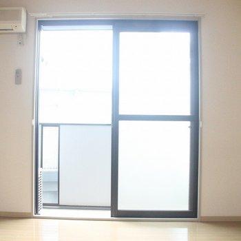 柔らかな日差しが差し込むリビング※2階別部屋同間取りの写真です。
