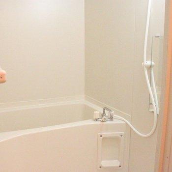お風呂はシンプル、オーソドックスです※2階別部屋同間取りの写真です。