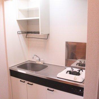 コンロは1口ながら、広い作業スペースを確保※2階別部屋同間取りの写真です。