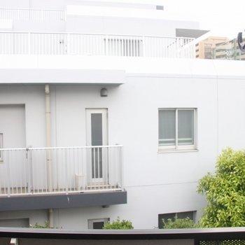 隣のマンションまでは距離があります※2階別部屋同間取りの写真です。