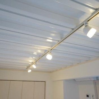 天井にはライティングレールが!
