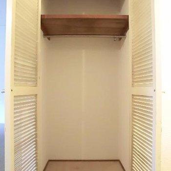 廊下のクロゼット。コートなどをかけて。