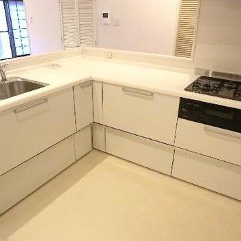 キッチンがすごかったーー!床も白く表情が変わります。