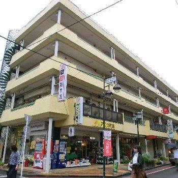 駅チカの栄えたビルの4階です。