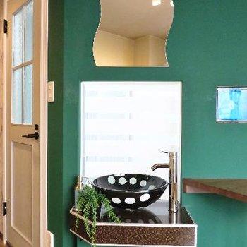 鏡が可愛らしい独立洗面台も!※写真は別部屋