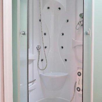 近未来的な雰囲気のバスルーム!※写真は別部屋