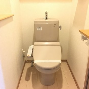 トイレ。横に棚があります、本とか置ける!