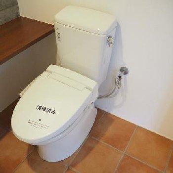 テラコッタタイルなトイレです。※写真は別部屋