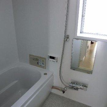 小窓付きのお風呂は嬉しいな。追い焚きもついてる。