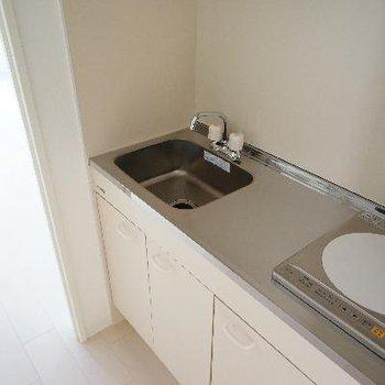 キッチンはIH1口です。※写真は別部屋