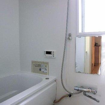 窓付きお風呂はポイント高し。