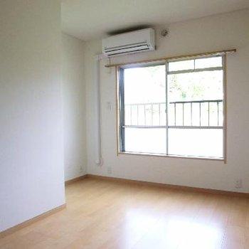 変わった形のお部屋です。エアコンもある。