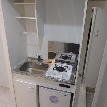 こじんまりとしたキッチンですが、冷蔵庫付きで収納スペースもあります!!