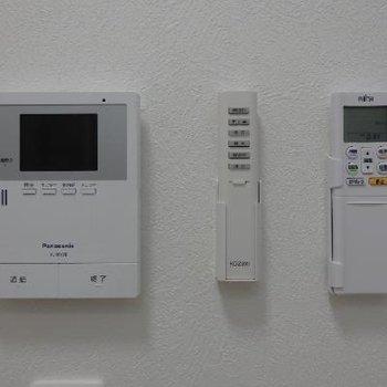 TVモニターにエアコンと電気のリモコン。どこからでも電気が消せて便利ですね!!