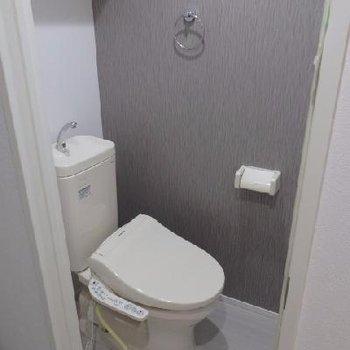 ウォシュレット付きのトイレ。タオルかけもついていて嬉しい♪