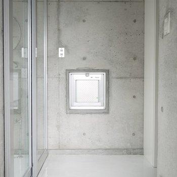 玄関もコンクリート。