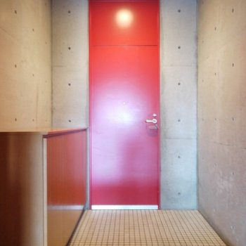 赤の扉が、貴方をお出迎え。