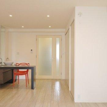 白を基調にした明るい室内。