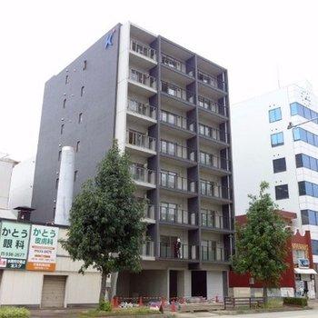 大通り沿いに建つ新築マンション※工事中