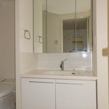 洗面台も大きな鏡で使いやすい※写真は別部屋