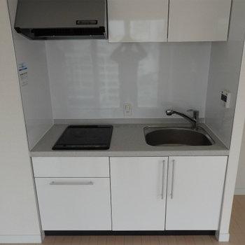 2口IHのシンプルなキッチン※写真は別部屋