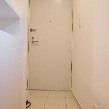 玄関のホワイトタイルも清潔感