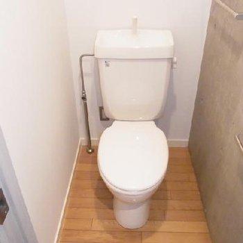 清潔感のあるトイレ※写真は別部屋