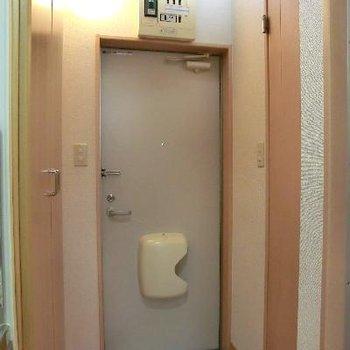 玄関横に洗濯機置き場です☆