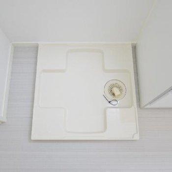 洗濯機は洗面台のすぐ横に。