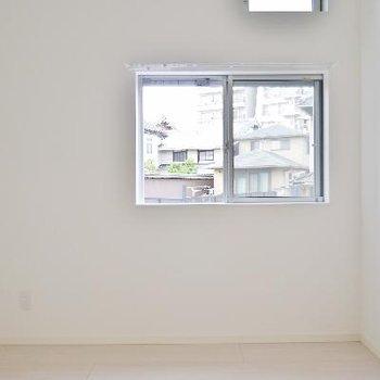 洋室はすっきりした白ベース。