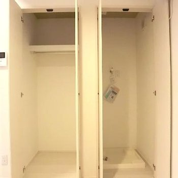右は洗濯機置場、左はクローゼット。