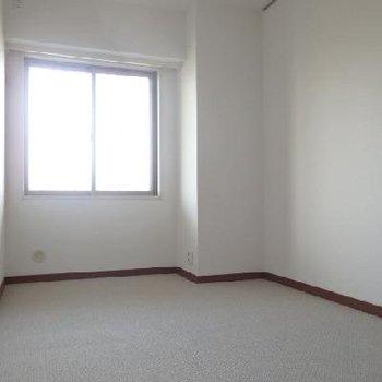 7畳の洋室、カーペットが敷かれています。
