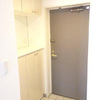玄関にも収納スペース有。