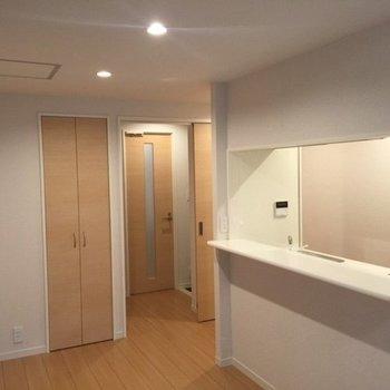 会話を楽しめるキッチン※写真は2階の同間取り別部屋のものです
