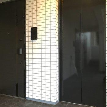 エレベーターの横のお部屋になります。