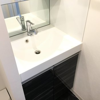 洗面台です。深さも収納もばっちり!※写真は3階の同間取り別部屋のものです