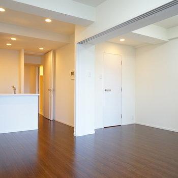 寝室との区切りは引き戸なので、開けて1Rとしても!※写真は6階の同間取り別部屋のものです