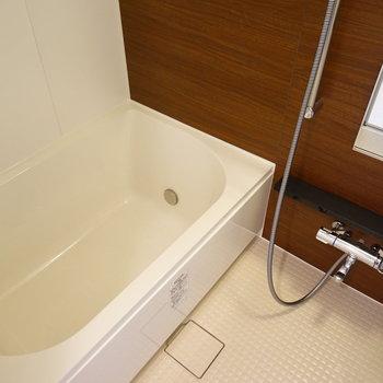 お風呂はゆったりサイズ♪※写真は6階の同間取り別部屋のものです