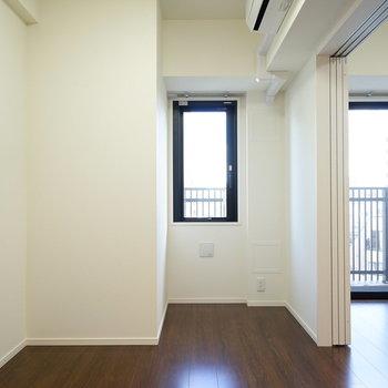 こちら寝室スペース!エアコンもしっかり別で設置してあります!※写真は6階の同間取り別部屋のものです