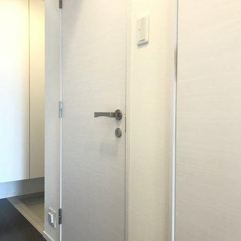 向かいのドアを開けると
