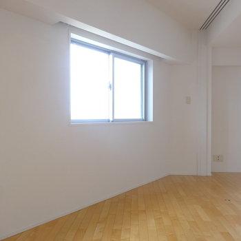 【洋室】こちらが寝室かな※写真は8階の同間取り別部屋のものです